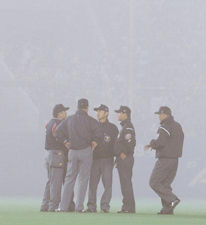 霧につつまれた千葉マリンスタジアム(審判)