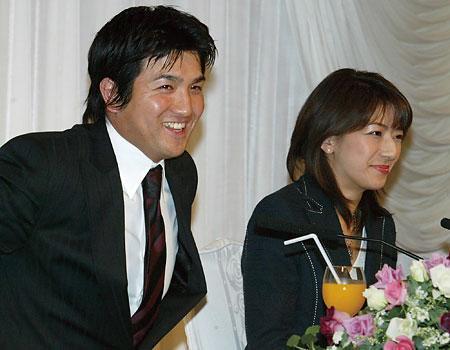 GIANTS高橋由伸選手と日テレ小野寺アナウンサーの結婚会見写真
